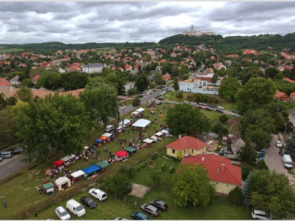 Július 18-án rendezik a második, Pannonkamra nevet viselő termelői piacot Pannonhalmán.
